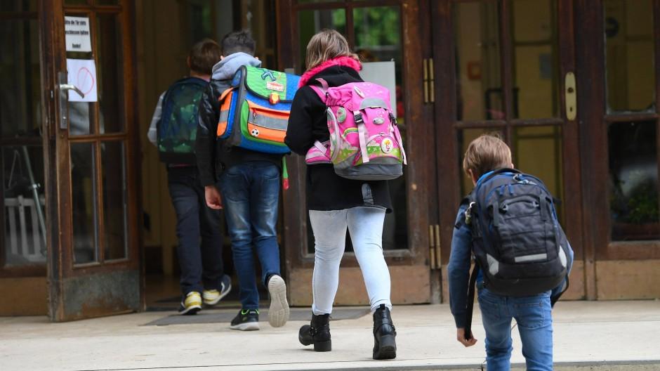 Kinder haben seltener schwere Verläufe einer Corona-Infektion und erfahren vielfach die Folgen von Schulschließungen.