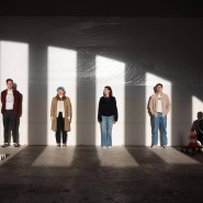 Gemeinsam für die Musik: Lukas Kraft, Meret Kern, Camila Thym, Leo Zabudkin und Thomas Latona (von links), hier in den Räumen des Kunstvereins Montez, bilden die Frankfurter Dependance des neugegründeten deutsch-amerikanischen Musiklabels none/such