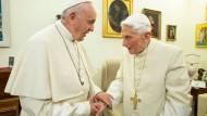 """Treffen zweier Päpste: Franziskus und der emeritierte Benedikt XVI. bei ihrer Begegnung Ende Dezember 2018 im Kloster """"Mater Ecclesiae"""" in Rom"""