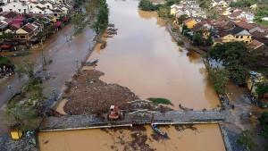 Suche nach Sturmopfern in Vietnam