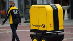 Stellt die Post bald Briefe seltener zu und Hilfsroboter ein?