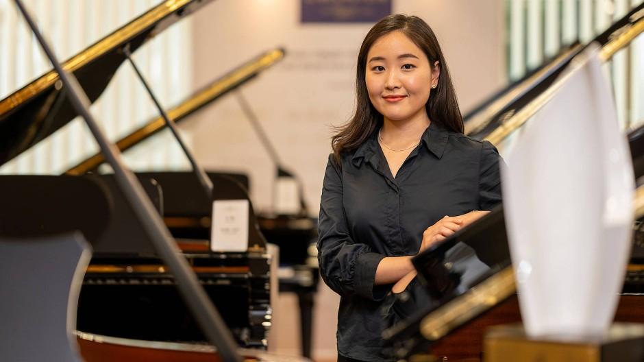 Hoffnungsvoll: Jung Eun Séverine Kim vor wenigen Tagen zwischen den Flügeln im Frankfurter C. Bechstein Centrum