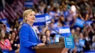 Grund zum Strahlen: In den Umfragen liegt Hillary Clinton immer deutlicher vor Donald Trump.