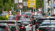 In Hessen wird gependelt: Das wirkt sich auf die Luft im Bundesland aus. Nun drohen Diesel-Fahrverbote.