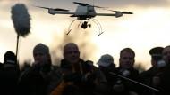 Der ferngesteuerte Quadrokopter landete in Dresden direkt vor der Bundeskanzlerin. Bei dem Besitzer des Flugobjektes handelt es sich laut CDU um ein Mitglied der Piratenpartei.