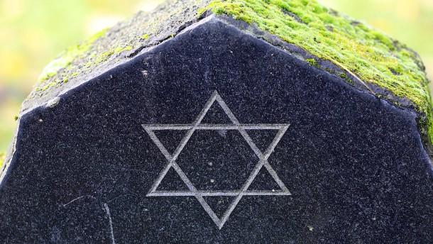 Vermummte Männer verwüsten jüdischen Friedhof