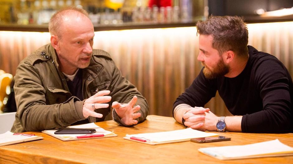 """Freiheit oder Gerechtigkeit? Josias Olbrich (l.) und Angelo Maimone diskutieren in Darmstadt im Rahmen von """"Deutschland spricht""""."""