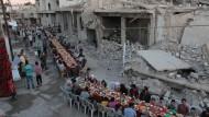 Alltag im Krieg: Fastenbrechen in Douma, einer von Rebellen gehaltenen Vorstadt von Damaskus