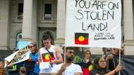 Demonstranten setzen sich vor dem australischen Parlament für die Rechte von Aborigines ein.