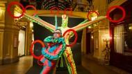 Zeige deine Freude: Andrej Bartenjew mit seinen Signalfigurinen im Kaufhaus GUM