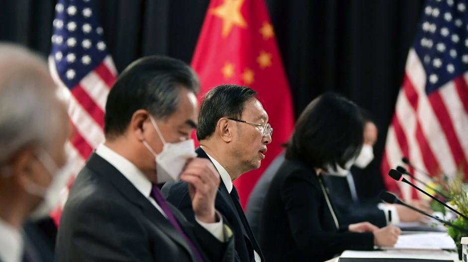 Yang Jiechi redet in Anchorage, Wang Yi fasst sich an die Maske.