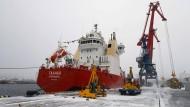 Ein Schiff am Hafen in Murmansk