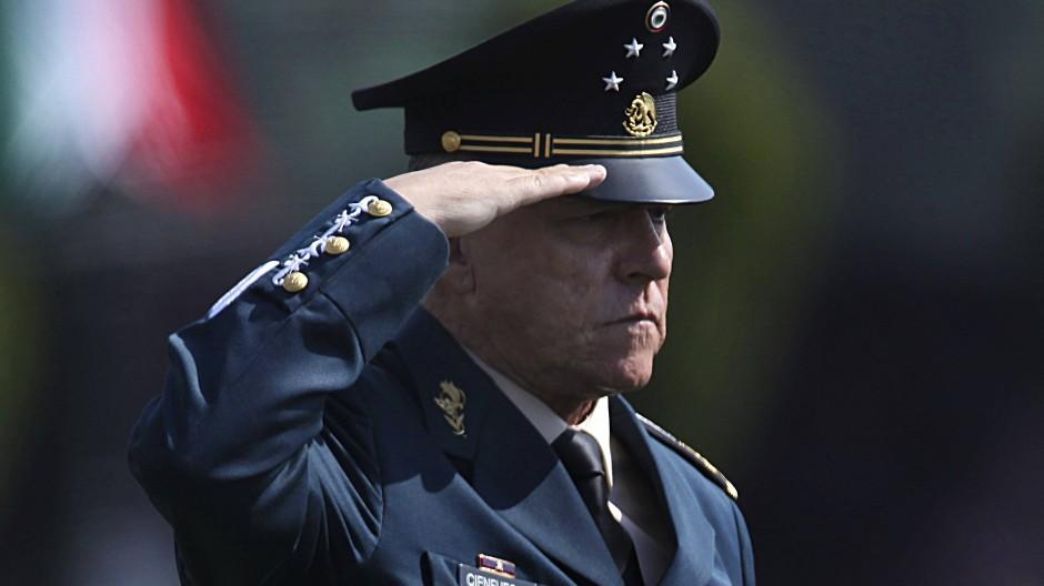 Der frühere mexikanische Verteidigungsminister Salvador Cienfuegos Zepeda salutiert in einem Militärlager in Mexico City. (Archivbild)