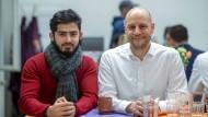 Wegweiser: Sascha Jirousek (rechts) will Achmadseya Mohammadi auch in Zukunft beraten.
