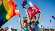 Regenbogen- und Türkeiflaggen zieren den Taksim-Platz in Istanbul. CHP-Anhänger demonstrieren gegen den Präsidenten Erdogan.