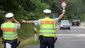 Autofahrer rast auf Polizist zu – Beamter gibt Schuss ab