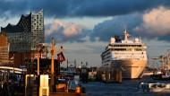 Hamburger Hafen: ein Kreuzfahrtschiff unweit der Elbphilharmonie