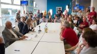 """Sachsen, Chemnitz: Barbara Ludwig (SPD, 2.v.l.), Bürgermeisterin von Chemnitz, sitzt anlässlich des Bürgerdialogs zum Thema """"Wie sicher ist Chemnitz?"""" mit den Teilnehmern der Gesprächsrunde an einem Tisch."""
