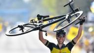 Ende einer beeindruckenden Fahrt: Flandern-Sieger Gilbert trägt sein Rad auf Händen