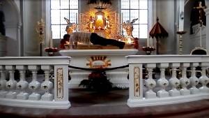 Liegestütze auf dem Altar