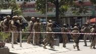 Afghanische Sicherheitskräfte sichern nach dem Angriff auf die irakische Botschaft das Gelände ab.