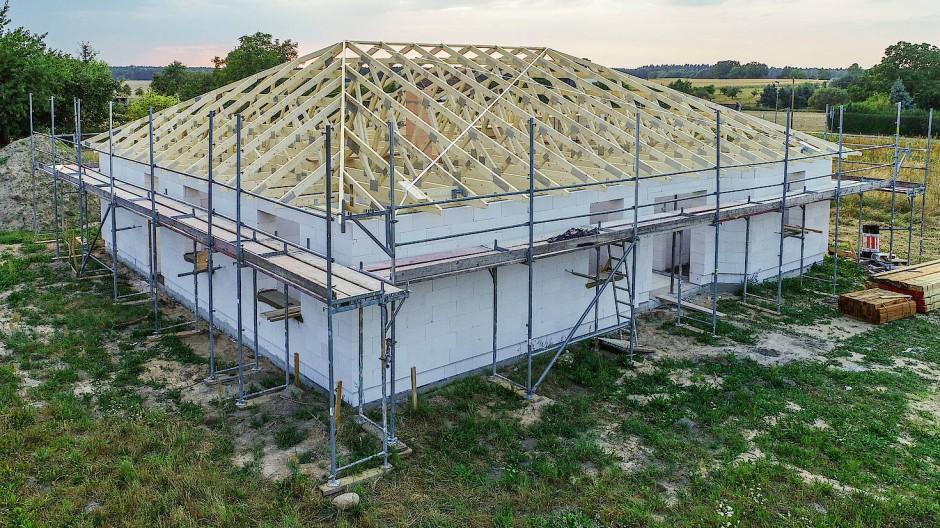 Der Dachstuhl ist auf einem Rohbau eines Eigenheimes zu sehen.