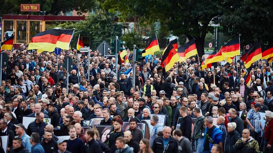 """Tausende Menschen nehmen an dem """"Trauermarsch"""" der Demonstration von AfD und dem ausländerfeindlichen Bündnis Pegida am 1. September in Chemnitz teil."""