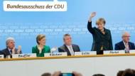 Applaus für die Parteivorsitzende: Angela Merkel nach ihrer Rede zum Koalitionsvertrag - echter Widerstand gegen Schwarz-Rot formierte sich am Montag unter den 181 Delegierten des CDU-Bundesausschusses nicht