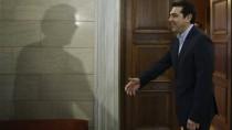 Griechenlands Ministerpräsident Alexis Tsipras begrüßt Eurogruppen-Chef Jeroen Dijsselbloem - doch von dem ist nur der Schatten zu sehen.