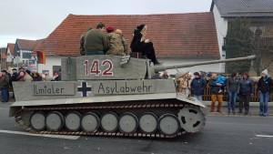 Behörden ermitteln wegen Panzer-Motivwagen auf Faschingsumzug