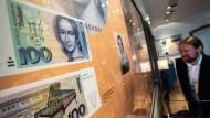 Eine moderne Frau? Clara Schumann  zu sehen bei einer Ausstellung des Instituts für Stadtgeschichte auf dem Hundertmarkschein.