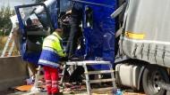 Völlig zerstört: Rettungskräfte vor dem Führerhaus eines an dem Unfall beteiligten Lastwagens.