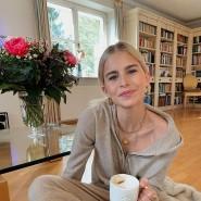 Zeit zum Nachdenken: Caro Daur genießt die Zeit alleine im Wohnzimmer