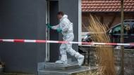 Ein Mitarbeiter der Spurensicherung in dem Haus in Oberndorf am Neckar, in dem die Leiche eines Vaters gefunden wurde.