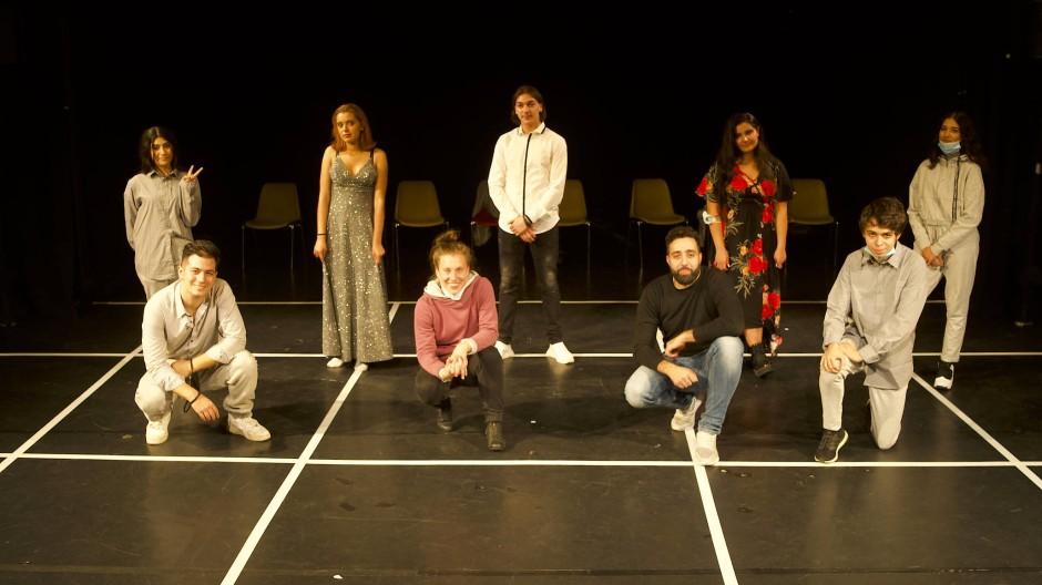 """Nicht aufgeben: die Jugendlichen des Theaterprojekts """"Beshir im Blätterland"""" mit dem Regieteam Ute Bansemir und Hadi El-Harake (vorne Mitte)"""