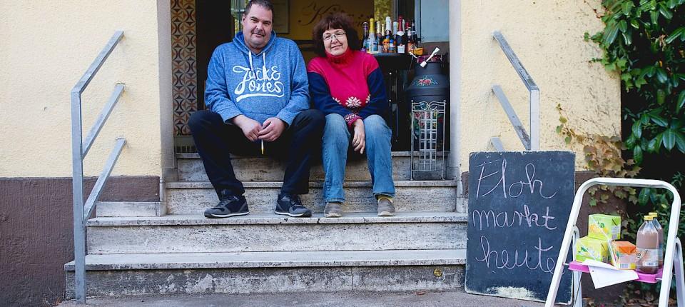 Nur Noch Flohmarkt: Hagen Und Claudia Schlecht Vor Ihrer Bäckerei