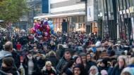 Volle Fußgängerzone: An den Adventswochenenden wird in Deutschland geshoppt, was das Zeug hält – so wie hier in Frankfurt.