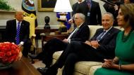 Donald Trump bei einem Treffen mit Mitch McConnell (zweiter von links), Chuck Schumer und Nancy Pelosi im Oval Office des Weißen Hauses