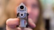 Warnsignal: Schreckschuss- und Reizstoffwaffen sind stark gefragt, und die Genehmigung, sie mitzuführen, ist leicht zu haben.