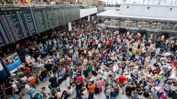Lange Schlangen am Münchener Flughafen