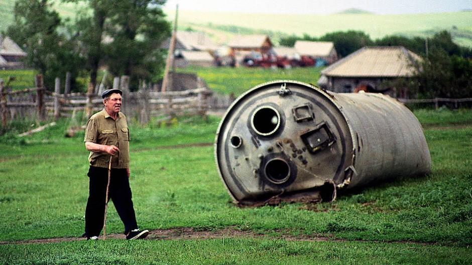 Non tutti in giardino vogliono una capsula Soyuz. Ma nei Monti Altai ci si deve aspettare che a volte discenda qualcosa di cosmonautico. Immagine: jonas bendiksen /