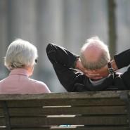 Sie dürfen auf steigende Bezüge hoffen: Zwei Senioren auf einer Bank.