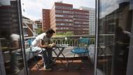 Ein arbeitsloser Universitäts-Absolvent sucht in Madrid nach Stellenangeboten.