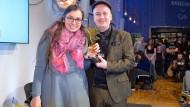 """Marie Sophie Hingst, als sie für ihren Blog """"Read on my dear"""" als Bloggerin des Jahres ausgezeichnet wurde. Mit im Bild: Award-Mitgründer Daniel Fiene"""