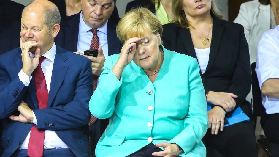 Sondersitzung im Bundestag: Olaf Scholz (SPD) und Angela Merkel (CDU)