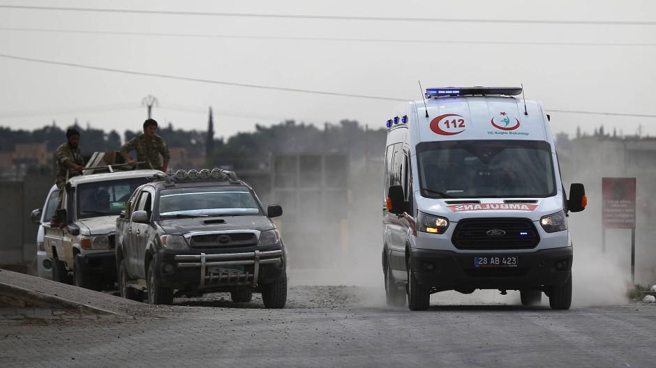 Ein Ambulanzwagen fährt ein von der Türkei unterstützten Kämpfern in der Region um Tall Abjad vorbei.