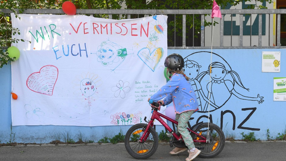 Sehnsucht nach Normalität: Vor einem Stuttgarter Kindergarten