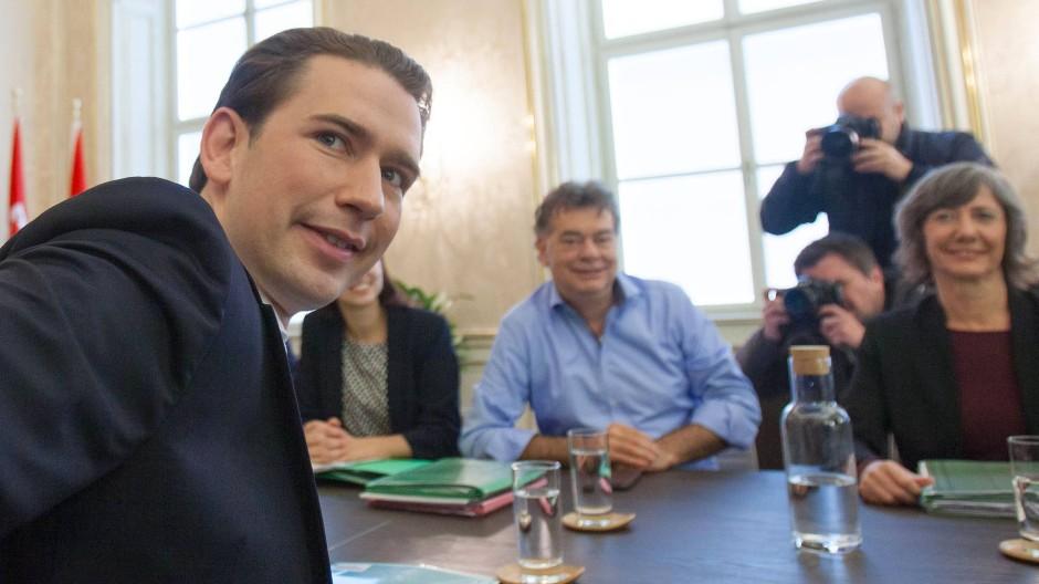 Guter Dinge: ÖVP-Vorsitzender Sebastian Kurz (l.), Grünen-Vorsitzender Werner Kogler am Freitag in Wien
