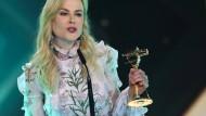 """""""Beste Schauspielerin international"""": Die Australierin Nicole Kidman nimmt die Goldene Kamera in Hamburg persönlich entgegen."""