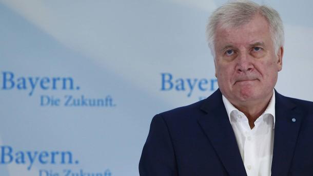 """Seehofer distanziert sich von Merkels """"Wir schaffen das"""""""